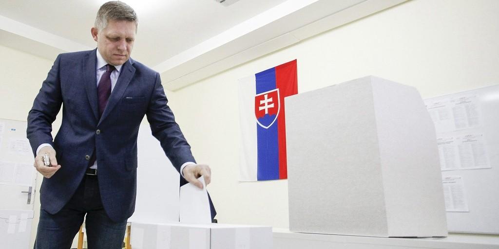Pozsony, 2016. március 5.  Robert Fico szlovák miniszterelnök, az Irány-Szociáldemokrácia (Smer-SD) kormánypárt elnöke leadja szavazatát a szlovákiai parlamenti választáson Pozsonyban 2016. március 5-én. (MTI/AP/CTK/Martin Mikula)