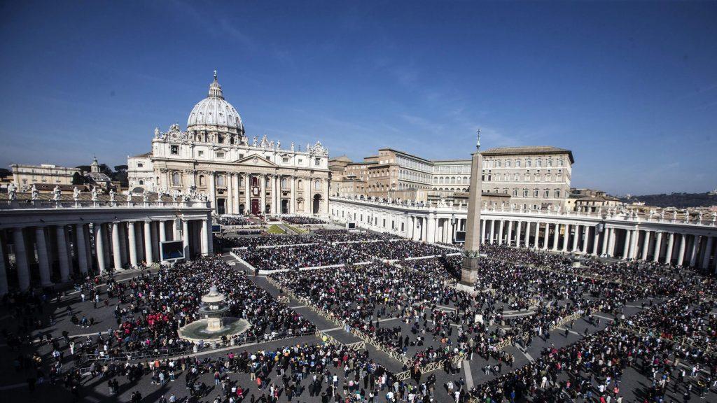 Vatikánváros, 2016. március 27. Hívõk népesítik be a vatikáni Szent Péter teret Ferenc pápa húsvétvasárnapi miséjén 2016. március 27-én. (MTI/EPA/Angelo Carconi)
