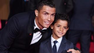 London, 2015. november 10.  Cristiano Ronaldo, a spanyol Real Madrid portugál csatára kisfia, Cristiano Ronaldo Jr. társaságában a Ronaldo címû életrajzi dokumentumfilmjének világpremierjén, Londonban 2015. november 9-én. (MTI/EPA/Facundo Arrizabalaga)
