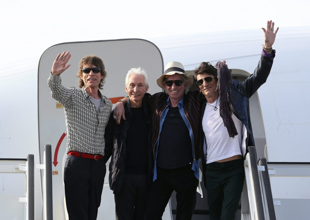 Havanna, 2016. március 25. A The Rolling Stones brit rockzenekar tagjai, Mick Jagger énekes, Charlie Watts dobos, Keith Richards gitáros és Ronnie Wood basszusgitáros (b-j) érkezik magángéppel a havannai José Marti nemzetközi repülõtérre 2016. március 24-én. Az együttes a következõ napon ingyenes koncertet ad a kubai fõbárosban. (MTI/EPA/Alejandro Ernesto)
