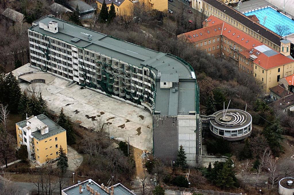 Budapest, 2005. március 20. Az egykori rózsadombi SZOT szálloda épületének légifelvétele. Százlakásos luxustársasház lehet a 15 éve félkészen álló egykori Rózsadomb Hotel épületéből. A II. kerületi önkormányzat szerint az átépítés másfél éven belül befejeződhet és engedélyeznék még egy emelet ráépítését, ám a Fővárosi Tervtanács nem ért egyet az elképzeléssel. A grémium véleménye azonban csak ajánlás, nem kötelező figyelembe venni. MTI Fotó: H. Szabó Sándor