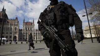 Budapest, 2016. március 22.A Terrorelhárítási Központ (TEK) munkatársa járőrözik a Parlament előtti Kossuth téren 2016. március 22-én, miután a reggeli brüsszeli robbantások nyomán Magyarországon ideiglenesen elrendelték a terrorkészültség kettes, magas fokozatát.MTI Fotó: Balogh Zoltán
