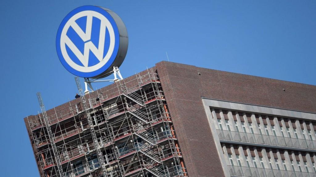 Wolfsburg, 2015. szeptember 25. A Volkswagen német jármûgyártó csoport emblémája a cég wolfsburgi irodaépületének tetején 2015. szeptember 25-én reggel. A VW igazgatótanácsa ezen a napon dönt a következõ vezérigazgató személyérõl. Az amerikai Környezetvédelmi Ügynöksége (EPA) szeptember 18-án leleplezte a céget, hogy olyan szoftvert telepített 482 ezer dízelüzemû jármûvébe, amelynek segítségével kijátszhatók a károsanyag-kibocsátásra vonatkozó amerikai elõírások. (MTI/EPA/Rainer Jensen)