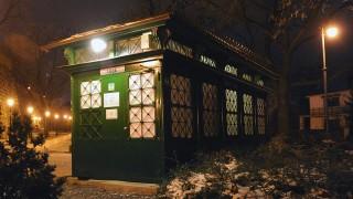 Budapest, 2011. január 10.Nyilvános illemhely az I. kerületi Palota úton, esti megvilágításban 2011. január 4-én este. Az épülettípust régebben zöld villamosnak is hívták színe és formája miatt.MTI Fotó: Manek Attila