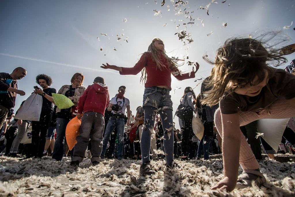 Budapest, 2016. április 2.Párnacsata a Hősök terén, Budapesten 2016. április 2-án. Április első hétvégéjén tartják világszerte a párnacsata napot.MTI Fotó: Balogh Zoltán