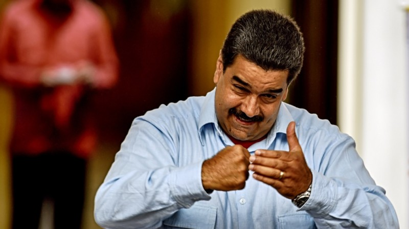 Venezuelan President Nicolas Maduro gestures during a demonstration at Miraflores presidential palace in Caracas on April 7, 2016.  Maduro said he would ask the Supreme Court to strike down an amnesty law passed by opposition lawmakers to free those who they describe as political prisoners. / AFP PHOTO / JUAN BARRETO / JUAN BARRETO