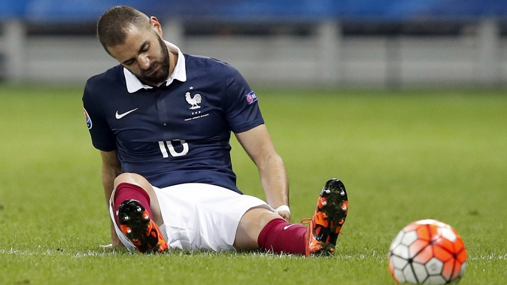 (FILES) This file photo taken on October 09, 2015 shows  France's forward Karim Benzema reactING during the friendly football match between France and Armenia. Benzema revealed on April 13, 2016 on his Twitter account that he will not feature at Euro 2016. / AFP PHOTO / VALERY HACHE