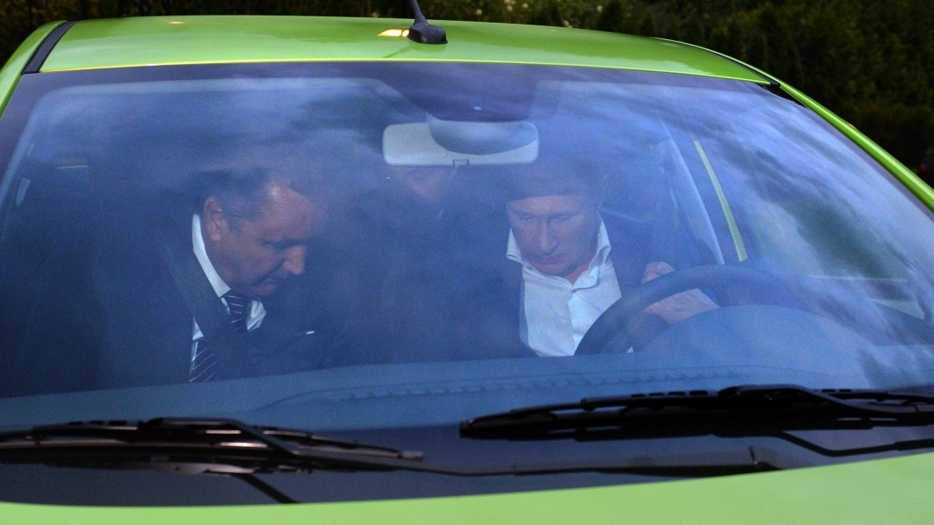 Russian President Vladimir Putin (R) tests an AvtoVAZ Lada Vesta before attending a meeting of members of the Valdai International Discussion Club in Sochi on October 22, 2015. AFP PHOTO / RIA NOVOSTI / ALEXEI DRUZHININ / AFP PHOTO / RIA NOVOSTI / ALEXEI DRUZHININ
