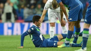 Wolfsburg's Julian Draxler (R) is comforted by Pepe of Madrid during the UEFA Champions League quarterfinal second leg soccer match between Real Madrid and VfL Wolfsburg at the Santiago Bernabeu stadium in Madrid, Spain, 12 April, 2016. At right Dante of Wolfsburg. Photo: Carmen Jaspersen/dpa