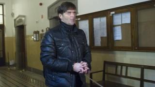 Budapest, 2011. december 2.Aczél Zoltánt, a Haladás Sopron Bank labdarúgócsapatának jelenlegi, a Siófok korábbi vezetőedzőjét vezetik a Pesti Központi Kerületi Bíróság (PKKB) folyosóján. A bíróság előzetes letartóztatásba helyezte az edzőt, akit 2011. november 30-án Székesfehérváron, a Videoton-Haladás Magyar Kupa-mérkőzés után vettek őrizetbe kötelességszegés és vesztegetés vádjával.MTI Fotó: Illyés Tibor