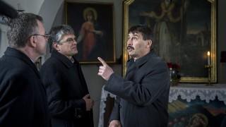 Bátaszék, 2016. március 22.Áder János köztársasági elnök (j) és Sümegi József helytörténész (b2) a Szent Orbán kápolnában Bátaszék közelében 2016. március 22-én.MTI Fotó: Sóki Tamás