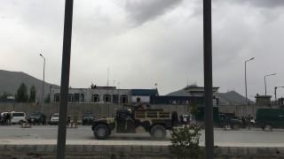 Kabul, 2016. április 19. Katonák biztosítják az afgán védelmi minisztérium épületét, miután nagy erejû robbanás rázta meg Kabul központját 2016. április 19-én. Az amerikai nagykövetség közelében történt robbantásért feltehetõen tálib fegyveresek a felelõsek, akik a napokban jelentették be, hogy megkezdik tavaszi offenzívájukat. (MTI/EPA/Dzsavad Dzsalali)