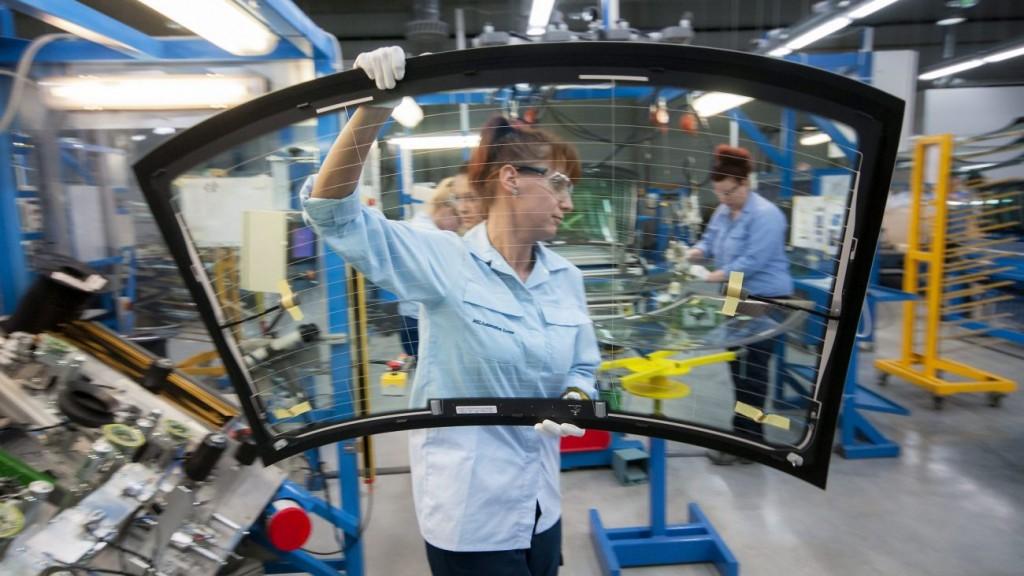 Tatabánya, 2014. március 13. Egy dolgozó autószélvédõt visz a japán tulajdonú AGC Glass Hungary új üzemcsarnokában, a tatabányai ipari parkban 2014. március 13-án. A 3,5 milliárd forintos beruházás az év végéig 140 új munkahelyet teremt. MTI Fotó: Krizsán Csaba