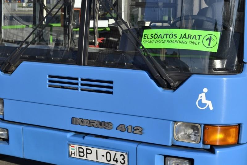 """Budapest, 2014. május 12. Indulásra vár egy """"Elsõajtós járat"""" jelzéssel ellátott  autóbusz  a BKV Zrt. X. kerület, Liget téri autóbusz-végállomásán. MTVA/Bizományosi: Róka László  *************************** Kedves Felhasználó! Az Ön által most kiválasztott fénykép nem képezi az MTI fotókiadásának, valamint az MTVA fotóarchívumának szerves részét. A kép tartalmáért és a szövegért a fotó készítõje vállalja a felelõsséget."""