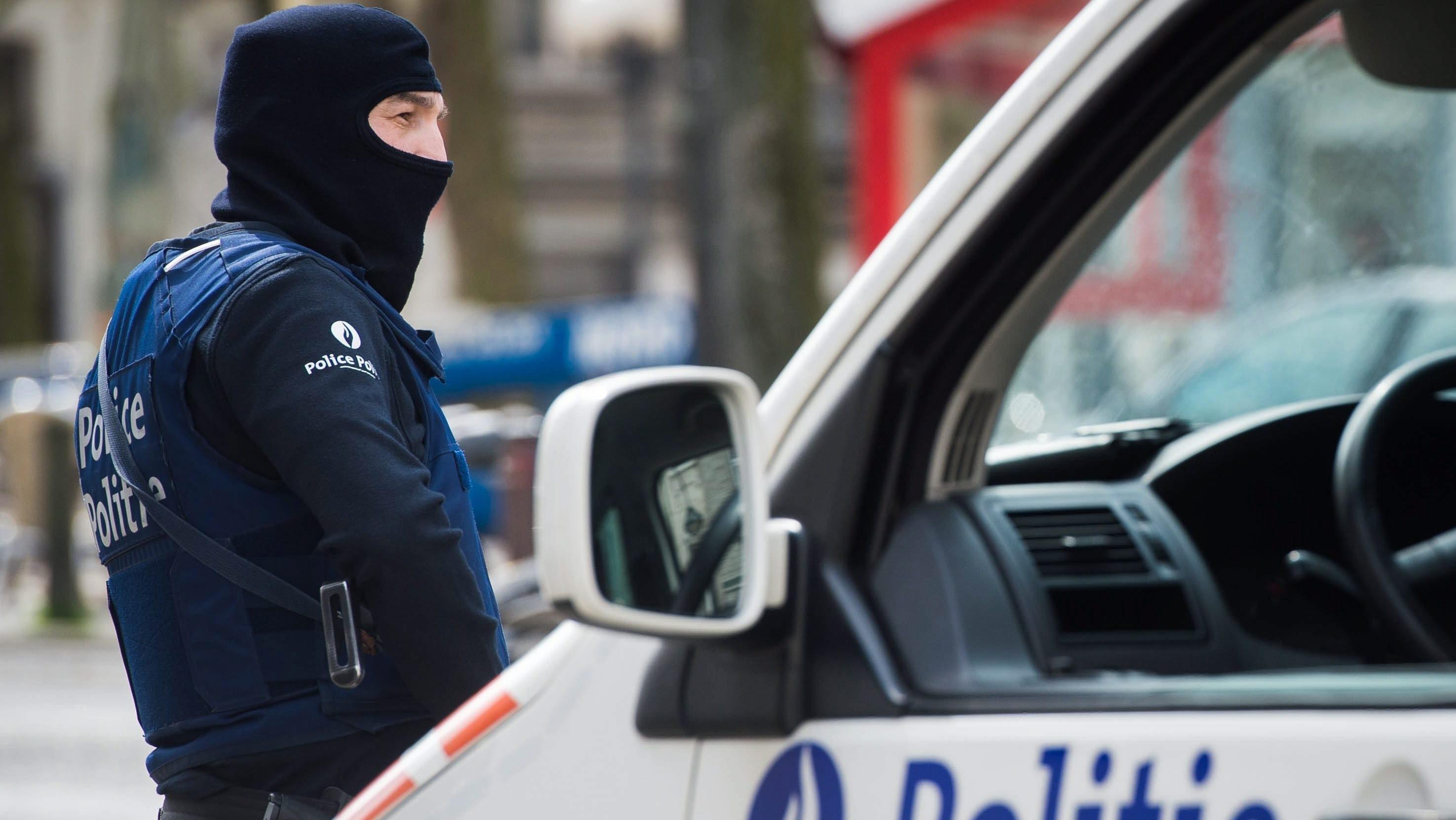 Brüsszel, 2016. április 9. Belga rendõrök járõröznek a brüsszeli Etterbeek negyedben a belga fõvárosban március 22-én elkövetett merényletekkel összefüggésben 2016. április 9-én. A Zaventem nemzetközi repülõtéren és Maelbeek metróállomásán végrehajtott, legkevesebb harmincnégy áldozattal és több mint kétszáz sebesülttel járó robbantásos merényleteket feltehetõleg az Iszlám Állam dzsihadista szervezet terroristái követték el. (MTI/EPA/Stephanie Lecocq)