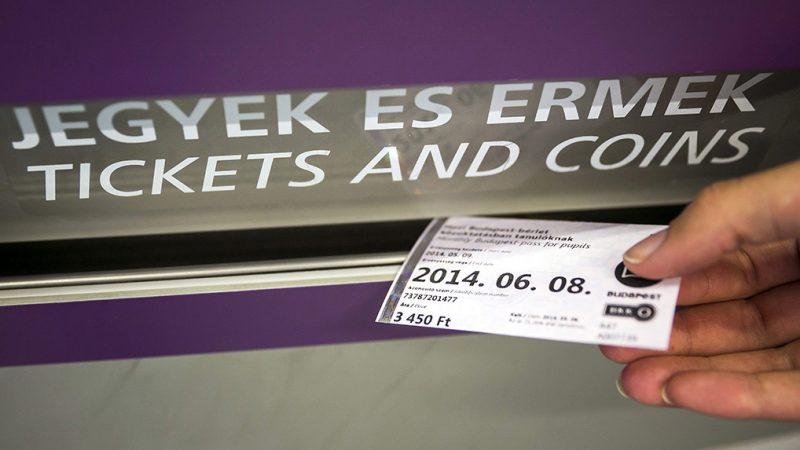 Budapest, 2014. május 8.Egy utas bérletet vásárol a Budapesti Közlekedési Központ (BKK) jegy- és bérletkiadó automatájánál a 4-es metró Kelenföldi vasútállomás megállójában 2014. május 8-án.MTI Fotó: Mohai Balázs
