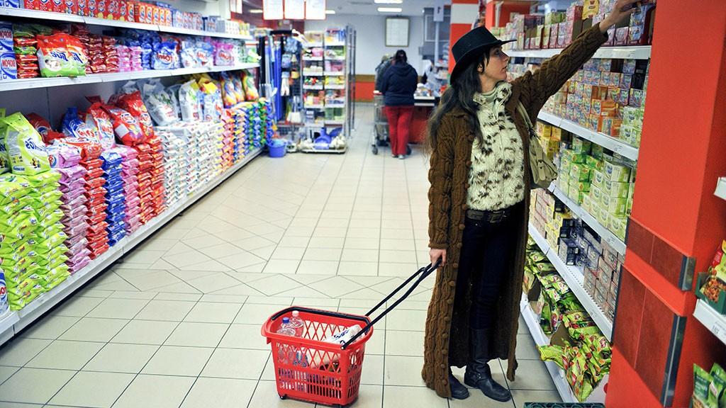 Vác, 2011. november 3.Beliczay Barbara 35 éves orvos napi bevásárlást intéz, miután befejezte munkáját a váci Jávorszky Ödön Kórházban. Havi 160 órás kórházi állása mellett havonta 200 órában háziorvosi ügyeletet lát el a Dunakanyar több településén, munkaszüneti napokon. A Magyar Rezidens Szövetség szerint eddig 2500 orvos és rezidens helyezte letétbe felmondását, amellyel bérük és munkakörülményeik rendezését szeretnék elérni.MTI Fotó: Beliczay László