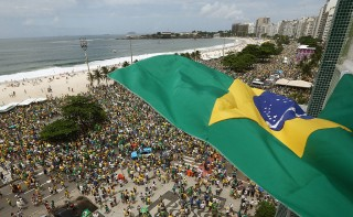 People gather at Copacabana beach in Rio de Janeiro to protest against Dilma Rousseff government on March 13, 2016. Protesters, many draped in the Brazilian national flag, poured into the streets of Brasilia and Rio de Janeiro on Sunday at the start of mass demonstrations seeking to bring down President Dilma Rousseff. AFP PHOTO/VANDERLEI ALMEIDA / AFP / VANDERLEI ALMEIDA
