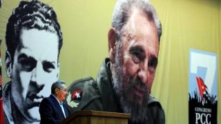 Havanna, 2016. április 17. Raúl Castro kubai elnök beszédet mond a Kubai Kommunista Párt 7. kongresszusának megnyitóján  Havannában 2016. április 16-án. A háttérben, bátyja, Fidel Castro volt kubai elnök óriásportréja. (MTI/EPA/Omara García Mederos)