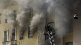 Moszkva, 2016. április 3.Az orosz védelmi minisztériumban keletkezett tűz lángjaival küzdenek tűzoltók Moszkvában 2016. április 3-án. A tüzet feltehetőleg az elektromos hálózat hibája okozta. (MTI/AP/Ivan Szekretarev)