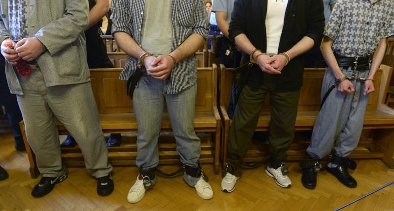 Budapest, 2015. május 8. B. Dragan elsõrendû vádlott (b) és tettestársai az ellenük indult büntetõeljárás ítélethirdetésén  a Fõvárosi Törvényszéken 2015. május 8-án. A bíróság az elsõrendû vádlottat életfogytig tartó fegyházbüntetésre ítélte. A férfi legkorábban 40 év múlva bocsátható feltételesen szabadlábra. A másodrendû vádlott emberölés és más bûncselekmények miatt szintén életfogytig tartó fegyházbüntetést kapott, õ legkorábban 30 év múlva bocsátható feltételesen szabadlábra. MTI Fotó: Bruzák Noémi