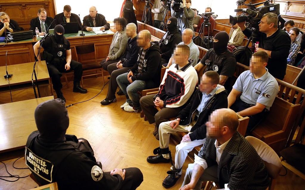 Budapest, 2014. március 10. A vádlottak a csepeli kiserdõben meggyilkolt öt hajléktalan ügyében indult büntetõper elsõ tárgyalásán a Fõvárosi Törvényszéken 2014. március 10-én. A vád szerint a szerb börtönbõl megszökött B. Dragan 2007-tõl hajléktalanként Magyarországon élt a csepeli Eperföld környékén. Az ügyészség szerint társaival 2010 nyarán-õszén megölte egy haragosát és egy család négy tagját. MTI Fotó: Illyés Tibor