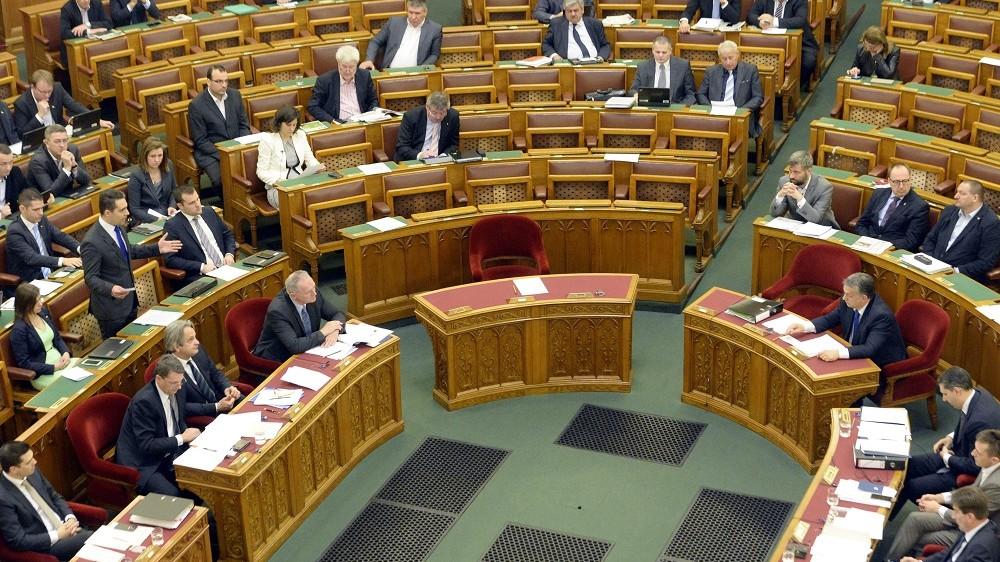 Budapest, 2016. március 21. Vona Gábor, a Jobbik elnöke azonnali kérdést tesz fel Orbán Viktor miniszterelnöknek (a patkóban, j5) az Országgyûlés plenáris ülésén 2016. március 21-én. MTI Fotó: Kovács Tamás