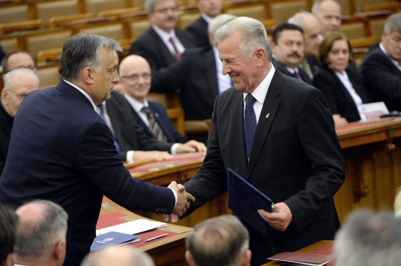 Budapest, 2016. április 25. Orbán Viktor miniszterelnök (b) és Schmitt Pál volt köztársasági elnök az alaptörvény kihirdetésének ötödik évfordulója alkalmából tartott ünnepségen az Országházban 2016. április 25-én. MTI Fotó: Kovács Tamás