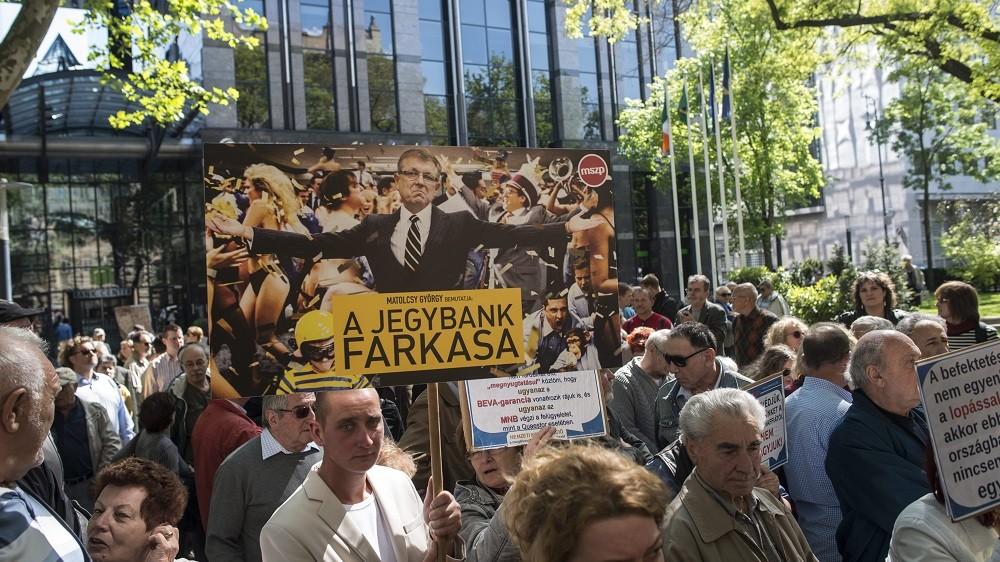 Budapest, 2016. április 30. Résztvevõk az MSZP Elég volt, Matolcsy! címmel tartott demonstrációján Budapesten a Szabadság téren az MNB épülete elõtt 2016. április 30-án. MTI Fotó: Kallos Bea