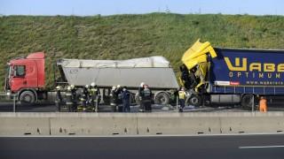Budapest, 2016. április 19. Összeroncsolódott kamion az M0-ás autóút M7-es felé tartó oldalán 2016. április 19-én. A teherjármû hátulról nekiütközött egy másik kamionnak az Anna-hegyi pihenõ közelében. A hátsó jármû sofõrje beszorult a roncsok közé, a tûzoltók kiszabadították, de már nem lehetett segíteni rajta, a helyszínen meghalt. MTI Fotó: Mihádák Zoltán