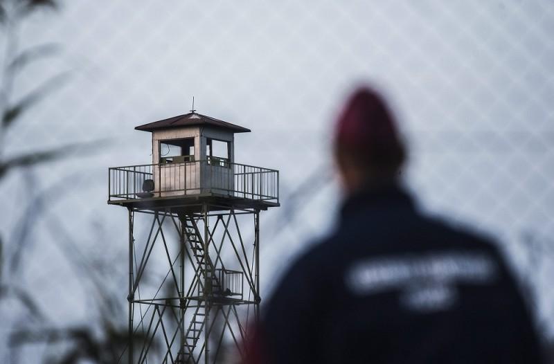 Röszke, 2015. szeptember 15. Rendõr figyeli a határ szerb oldalát a biztonsági határzár mellett a szerb-magyar határon, Röszke térségében 2015. szeptember 15-én. Szeptember 15-én hatályba léptek a migrációs helyzet miatti új szabályozások. MTI Fotó: Ujvári Sándor