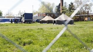 Budapest, 2016. április 21. A katasztrófavédelem munkatársai sátrakat állítanak fel az ideiglenes migrációs befogadóállomáson, a Körmendi Rendészeti Szakközépiskola udvarán 2016. április 21-én. MTI Fotó: Varga György