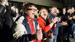 Salgótarján, 2016. február 28. Szimpatizánsok ünnepelnek a Magyar Szocialista Párt irodájánál Salgótarjánban 2016. február 28-án, miután a még nem hivatalos végeredmény alapján Fekete Zsolt, a baloldal jelöltje megnyerte az idõközi polgármester-választást. A választást Dóra Ottó szocialista polgármester halála miatt tartották. MTI Fotó: Komka Péter