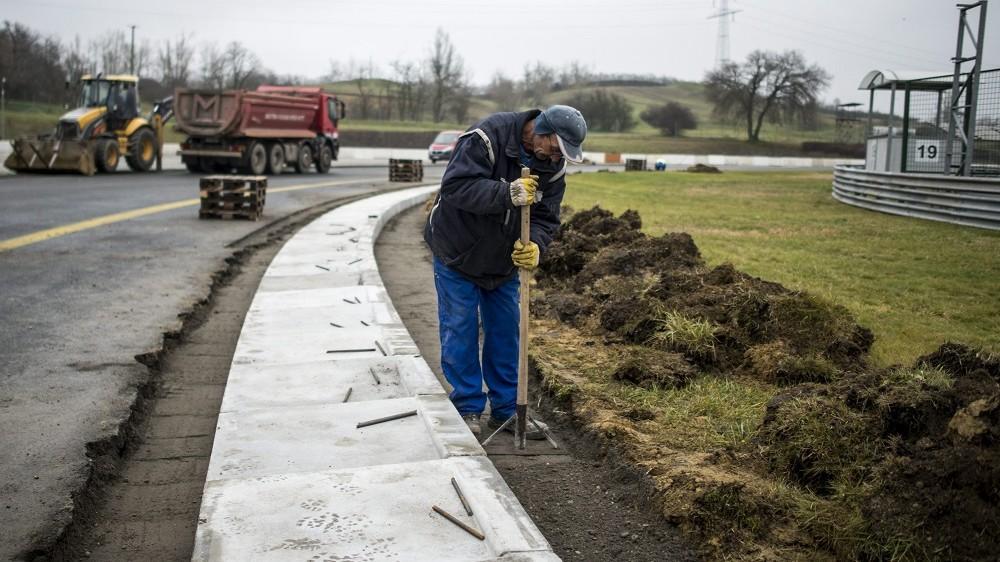 Mogyoród, 2015. december 8. Munkás dolgozik a mogyoródi Hungaroringen, a Forma-1-es pálya felújításán 2015. december 8-án. A versenypálya felsõ, úgynevezett kopórétegét újraaszfaltozzák, valamint kicserélik a rázóköveket. MTI Fotó: Marjai János