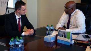 Nairobi, 2016. április 13. A Külgazdasági és Külügyminisztérium (KKM) által közreadott képen Szijjártó Péter külgazdasági és külügyminiszter és Adan Mohammed kenyai ipari miniszter találkozója Nairobiban 2016. április 13-án. MTI Fotó: KKM