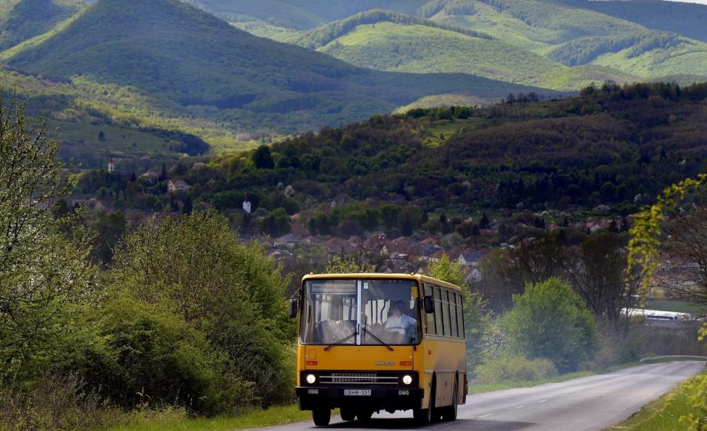 Dédestapolcsány, 2016. április 20. Egy Ikarus 266-os autóbusz halad Dédestapolcsány határában 2016. április 20-án. Az Ikarus 200-as buszcsaládból egyre kevesebb fut az országban, ezért az Észak-Magyarországi Közlekedési Központ Zrt. is tervezi e régi típusok lecserélését új buszokra. MTI Fotó: Máthé Zoltán
