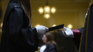 Budapest, 2015. július 14. Egy hallgató átveszi diplomáját a Budapesti Corvinus Egyetem Társadalomtudományi Kar nemzetközi tanulmányok és politológia BA szak diplomaosztó ünnepségén az egyetem aulájában 2015. július 14-én. MTI Fotó: Bruzák Noémi