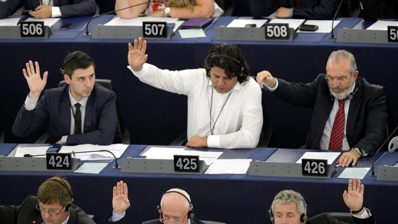 Strasbourg, 2014. július 16. Deli Andor (középen b) és Deutsch Tamás, (középen) a Fidesz EP-képviselõi szavaznak az Európai Parlament (EP) ülésén Strasbourgban 2014. július 16-án. MTI Fotó: Beliczay László