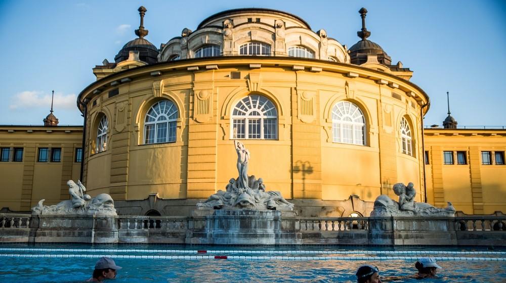 Budapest, 2016. március 22. Látogatók a Széchenyi Gyógyfürdõ és Uszoda medencéjében 2016. március 21-én. Az ENSZ 1992-ben nyilvánította március 22-ét a víz világnapjává, amelynek célja a környezet és ezen belül a Föld vízkészletének védelme. MTI Fotó: Balogh Zoltán