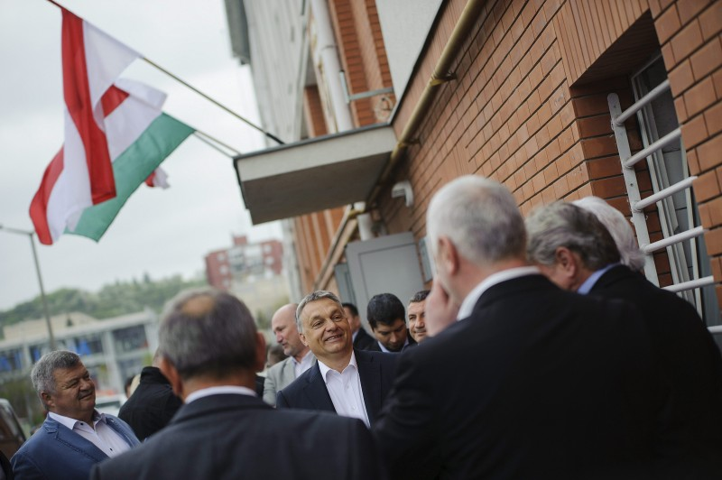 Miskolc, 2016. április 10. Orbán Viktor miniszterelnök (k) érkezik a DVTK labdarúgó-edzõközpontjának átadására Miskolc Diósgyõr városrészében 2016. április 10-én. MTI Fotó: Czeglédi Zsolt