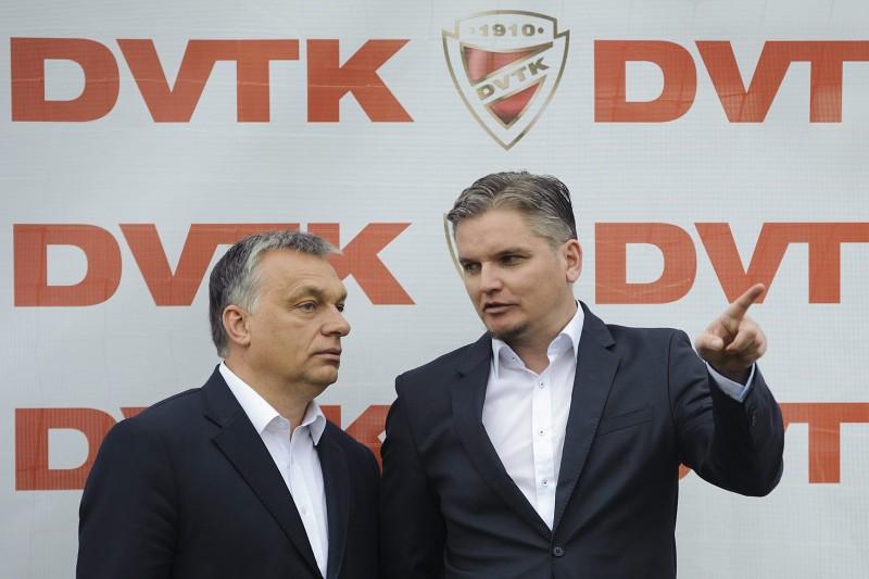 Miskolc, 2016. április 10. Orbán Viktor miniszterelnök (b) és Szabó Tamás ügyvezetõ a DVTK labdarúgó-edzõközpontjának átadásán Miskolc Diósgyõr városrészében 2016. április 10-én. MTI Fotó: Czeglédi Zsolt