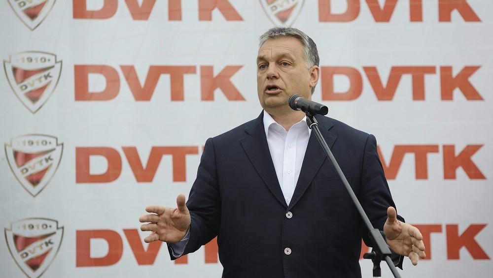 Miskolc, 2016. április 10. Orbán Viktor miniszterelnök beszédet mond a DVTK labdarúgó-edzõközpontjának átadásán Miskolc Diósgyõr városrészében 2016. április 10-én. MTI Fotó: Czeglédi Zsolt