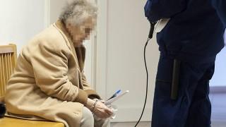 Gyõr, 2016. március 9. A Repülõs Giziként ismert K. Sándorné B. Gizella várakozik az ellene lopás vétsége miatt indult büntetõper tárgyalása elõtt a Gyõri Járásbíróság folyosóján 2016. március 9-én. MTI Fotó: Krizsán Csaba