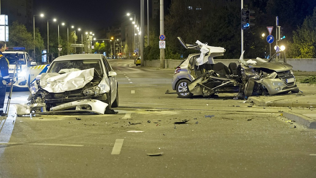 Budapest, 2016. április 17. Összeroncsolódott jármûvek Budapesten, a  Flórán téren, miután összeütköztek 2016. április 17-ére virradó éjjel. A balesetben egy ember meghalt, öten megsérültek. MTI Fotó: Lakatos Péter