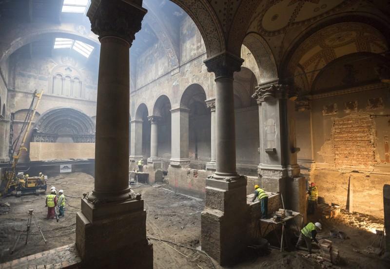 Budapest, 2016. április 1. Szakemberek dolgoznak a felújítás alatt álló Szépmûvészeti Múzeum Román csarnokában 2016. április 1-jén. A Liget Budapest projekt keretében zajló, 2015 elején megkezdõdött, 9,5 milliárd forintos költségvetésû rekonstrukció során felújítják a 2. világháborúban súlyos károkat szenvedett Román csarnokot, korszerûsítik az elavult fûtõrendszert, elvégzik a komplex akadálymentesítést, klimatizálják a kiállítóterek egy részét, valamint új kiállító- és közönségforgalmi tereket, korszerû restaurátor- és raktármûhelyeket alakítanak ki 2018 elejére. MTI Fotó: Mohai Balázs