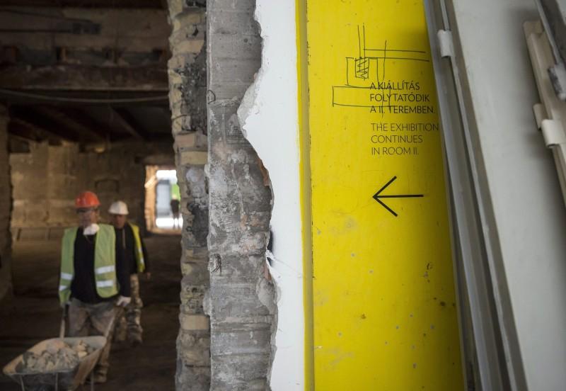 Budapest, 2016. április 1. Szakemberek dolgoznak a felújítás alatt álló Szépmûvészeti Múzeumban 2016. április 1-jén. A Liget Budapest projekt keretében zajló, 2015 elején megkezdõdött, 9,5 milliárd forintos költségvetésû rekonstrukció során felújítják a 2. világháborúban súlyos károkat szenvedett Román csarnokot, korszerûsítik az elavult fûtõrendszert, elvégzik a komplex akadálymentesítést, klimatizálják a kiállítóterek egy részét, valamint új kiállító- és közönségforgalmi tereket, korszerû restaurátor- és raktármûhelyeket alakítanak ki 2018 elejére. MTI Fotó: Mohai Balázs