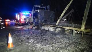 Petõfiszállás, 2016. április 25. Kiégett kamion az M5-ös autópályán, a Bács-Kiskun megyei Petõfiszállás közelében 2016. április 25-én. A kamion autóalkatrészeket szállított. Személyi sérülésrõl nincs információ. MTI Fotó: Donka Ferenc