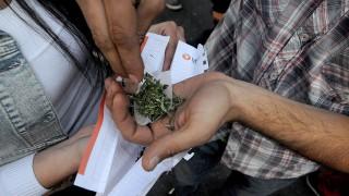 Santiago, 2014. június 2.Füves cigarettát sodornak a Globális Marihuána Menet résztvevői a chilei fővárosban, Santiagóban 2014. június elsején. A rendezvényen mintegy húszezer résztvevő követelte a marihuána legalizálását. (MTI/EPA/Ariel Marinkovic)