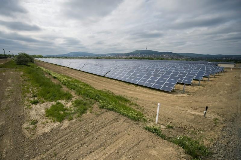 Pécs, 2016. április 28. Napelem panelek az új pécsi fotovoltaikus erõmûben az átadás napján, 2016. április 28-án. A több mint négymilliárd forintos uniós és állami támogatás segítségével megvalósult beruházásnak köszönhetõen éves szinten akár 15 ezer tonnával is csökkenhet az ország szén-dioxid-kibocsátása. MTI Fotó: Sóki Tamás