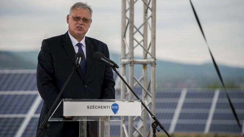 Pécs, 2016. április 28. Aradszki András, a Nemzeti Fejlesztési Minisztérium energiaügyért felelõs államtitkára az új pécsi fotovoltaikus erõmû átadásán 2016. április 28-án. A több mint négymilliárd forintos uniós és állami támogatás segítségével megvalósult beruházásnak köszönhetõen éves szinten akár 15 ezer tonnával is csökkenhet az ország szén-dioxid-kibocsátása. MTI Fotó: Sóki Tamás